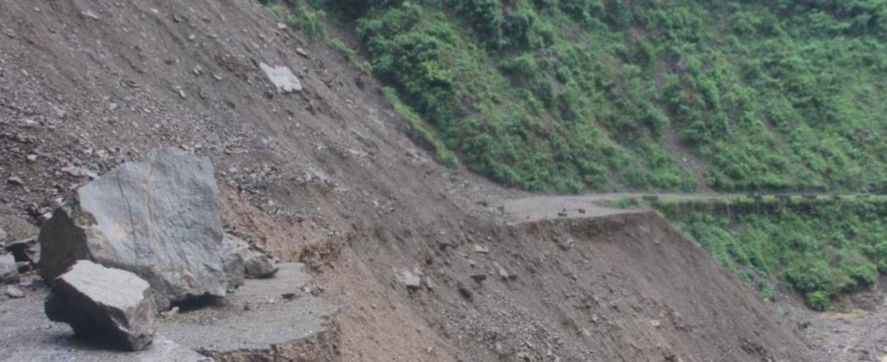 पहिरोले कर्णाली राजमार्ग अवरुद्ध